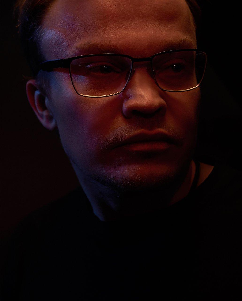 градиент, очки, синий, красный, черный фон, мужской, портрет , Комарова Дарья