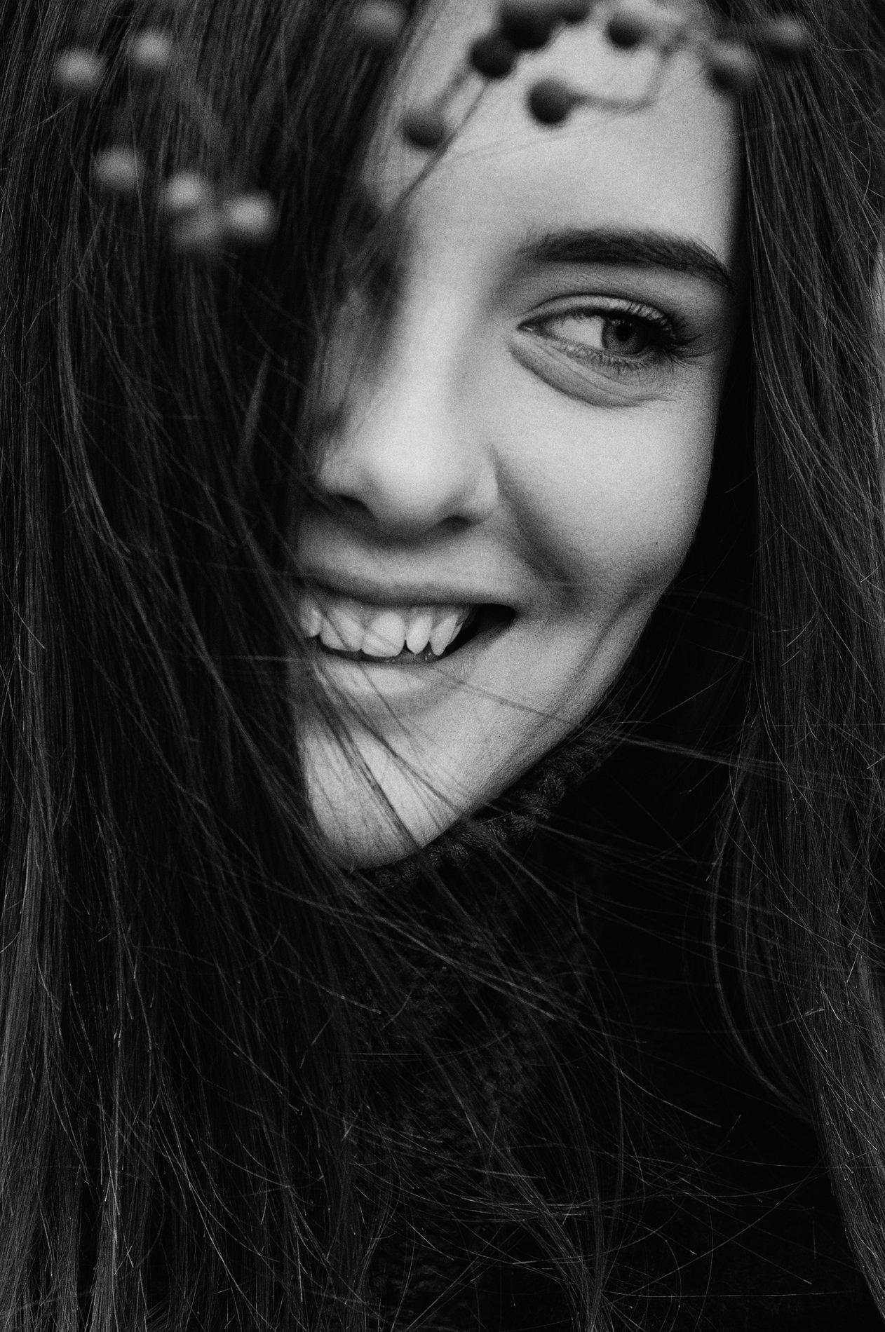 глаза, девушка, крупный план, портрет, портрет девушки, улыбка, чб, чб портрет, черно-белое, черно-белое фото, уличная фотография, Фран Полонский