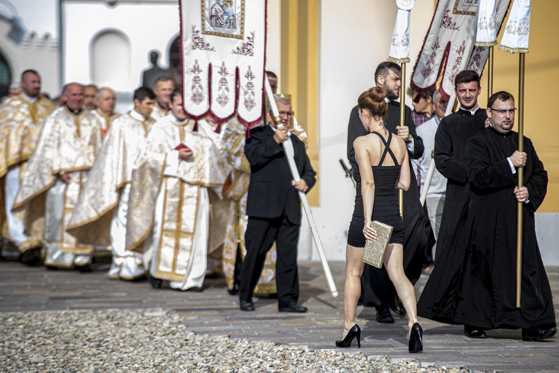 woman, priest, pray, street, Pop Ovi D