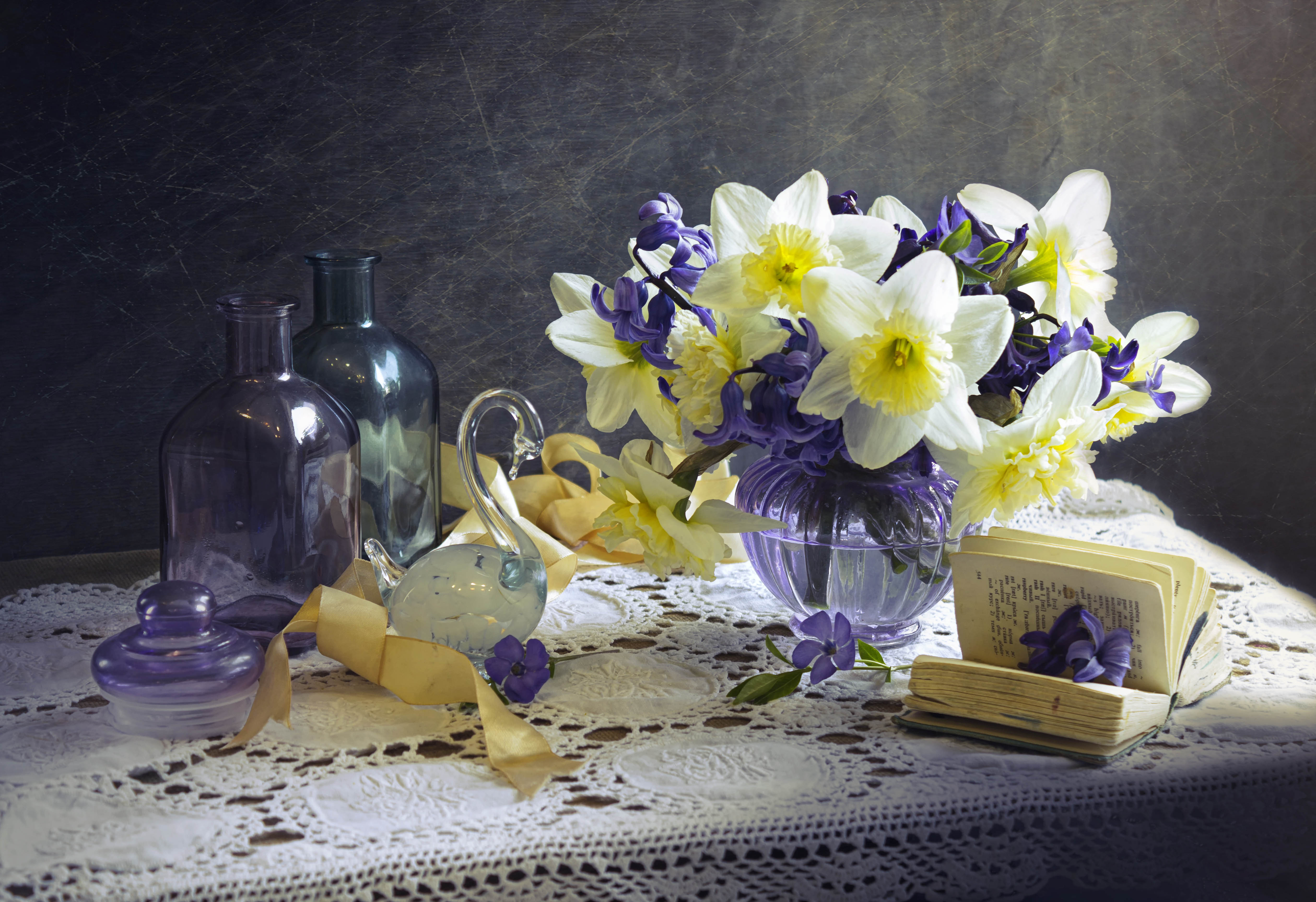 натюрморт, весна, нарциссы, бутылочки, цветное стекло, Зимина Лионелла