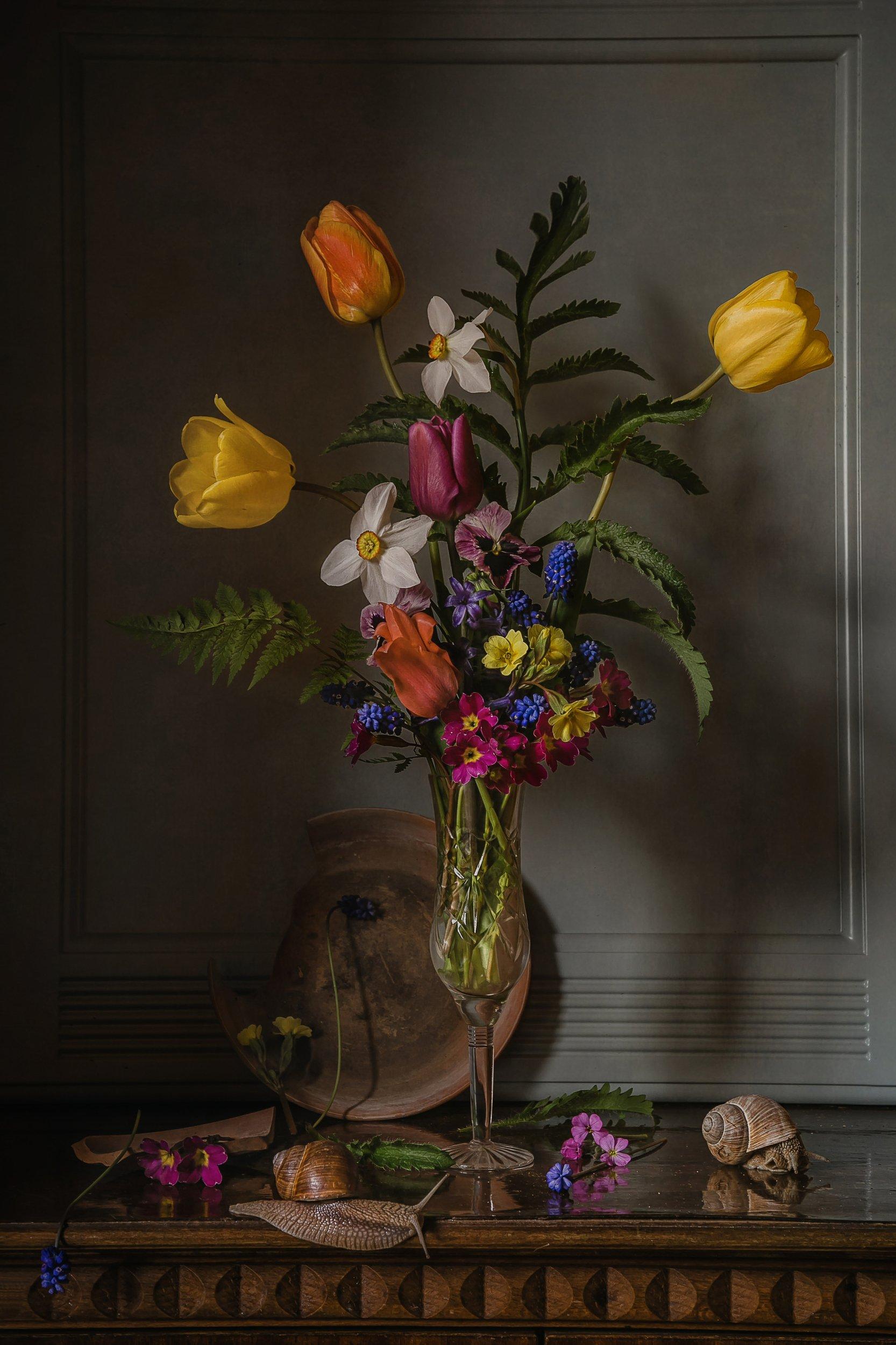 натюрморт, стекло, цветы, тюльпаны, нарциссы, мускари, улитки, Анна Петина