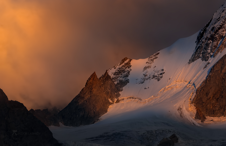 северный кавказ, кабардино-балкарская, кавказский хребет, путешествие, горы, приэльбрусье, ледник, суровый, скалы, вершина, закат, освещение, тёмное, небо, непогода, тучи,, Лашков Фёдор