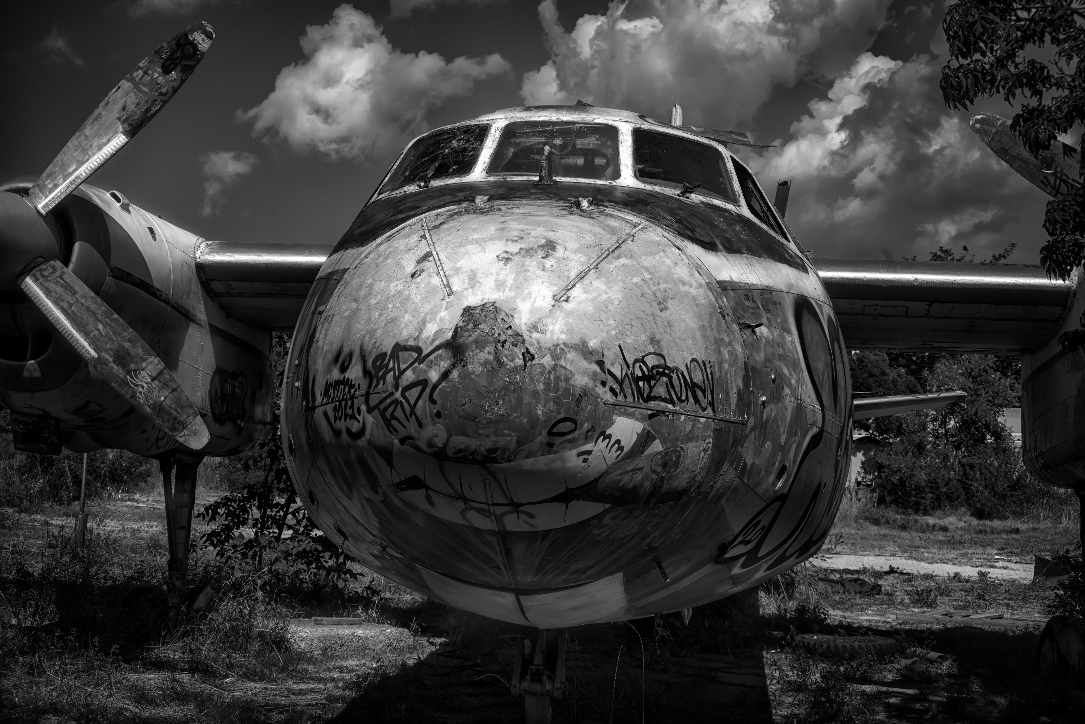 чёрное белое, самолёт,списание,стоянка,старость,авиация,небо,облака, Тамара