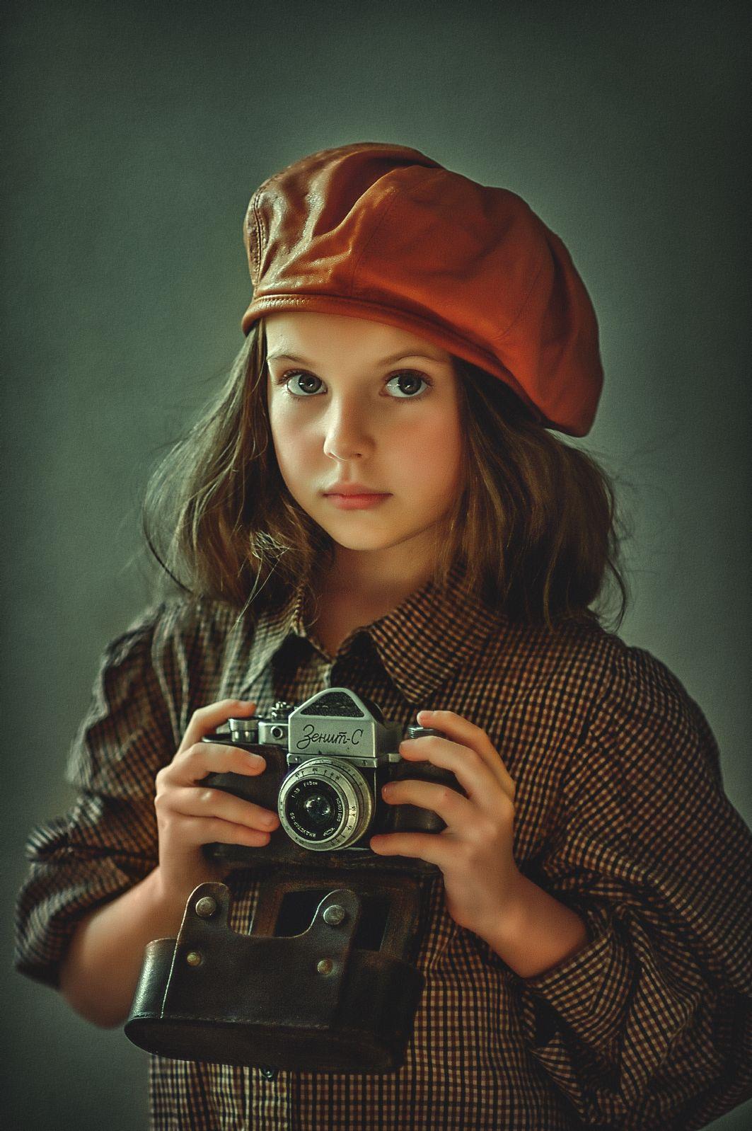 портрет, девочка, волосы, взгляд, ребенок, цвет, ретро,  техника, кепка, головной убор, Ганич Ирина