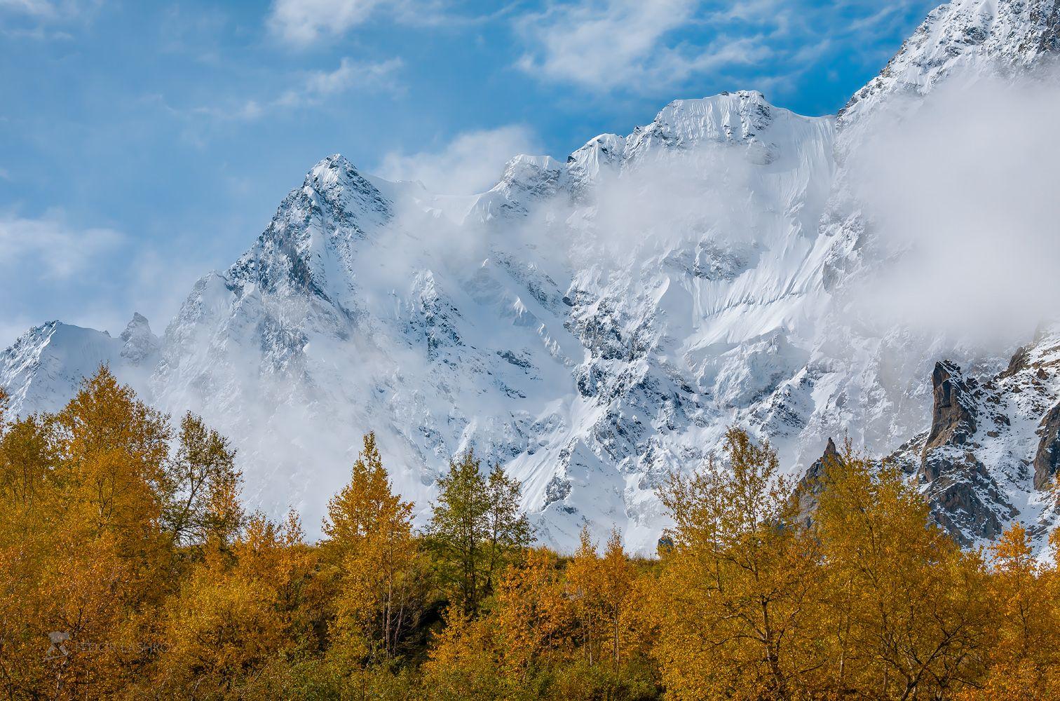 северный кавказ, горы, гора, вершина, путешествие, хребет, кабардино-балкарский высокогорный заповедник, заснеженные вершины, днём, дневное, осень, осеннее, жёлтое, синие,, Лашков Фёдор