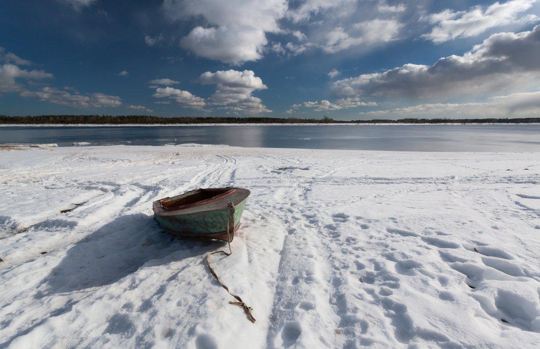 Река Кама берег снег лодка облака весна, Георгий Машковцев