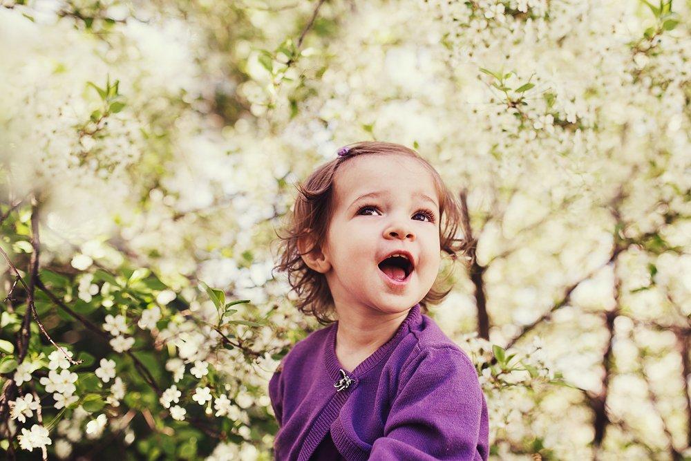 девочка, малышка, эмоции, радость, цветы, сад, Ирина Сиротова