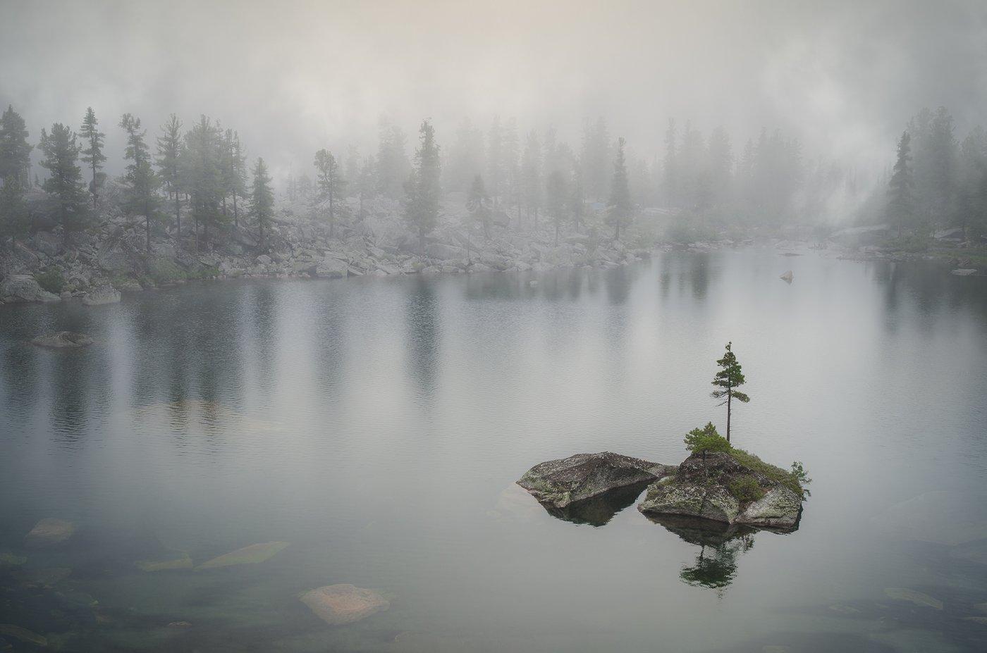 пейзаж, природа, озеро, остров, холодное, туман, непогода, красивый, большой, высокий, горы, тайга, отражения, Ергаки, Красноярский край, Саяны, Сибирь, художников, национальный парк, хребет, хмурый, дождь, Дмитрий Антипов