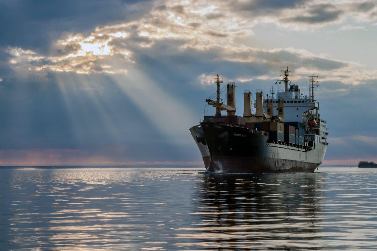 корабль судно берег побережье порт море вода залив финский балтика груз солнце лучи облака штиль, Екатерина Бредис
