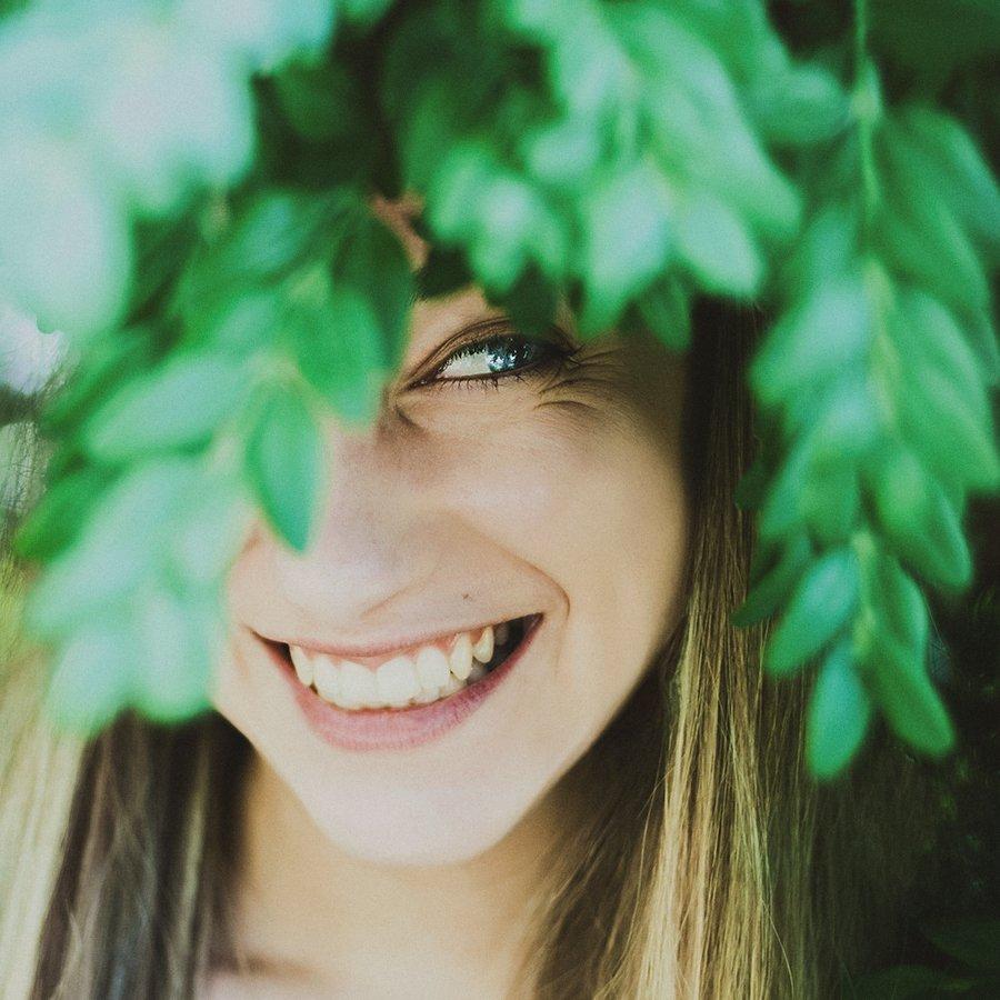 девушка, улыбка, зелень, веселая, квадрат, Александра Александрова