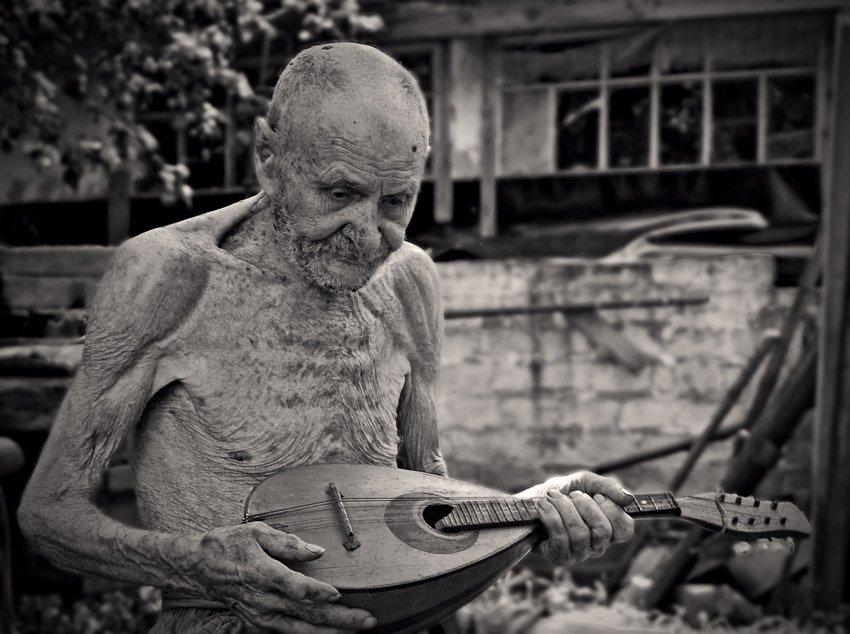 97 лет, жара, играет, Ярослав