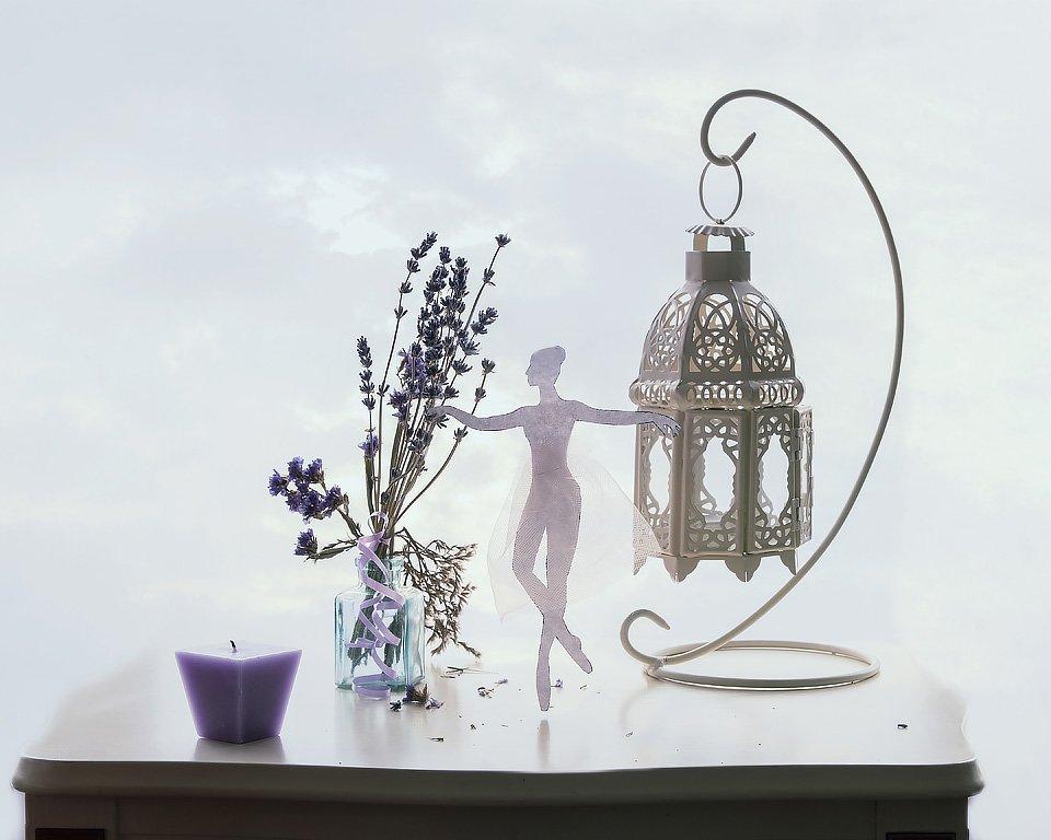натюрморт, ожидание весны, лаванда, интерьер, фигурка балерины, фонарь, свеча, воздушность, небесный фон, Ирина Приходько
