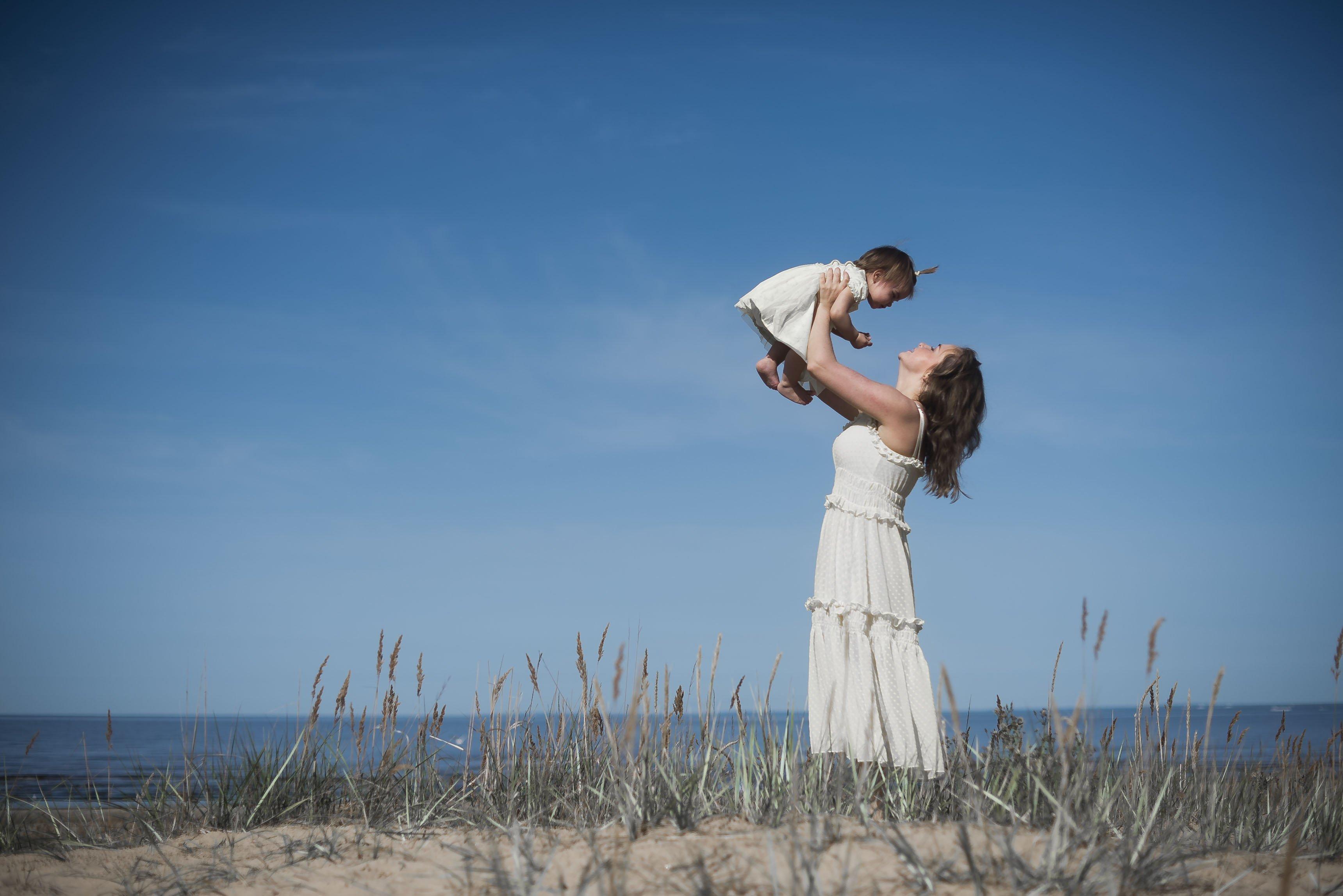 лето пляж море небо мама дочка белое платье, Виктория Разина
