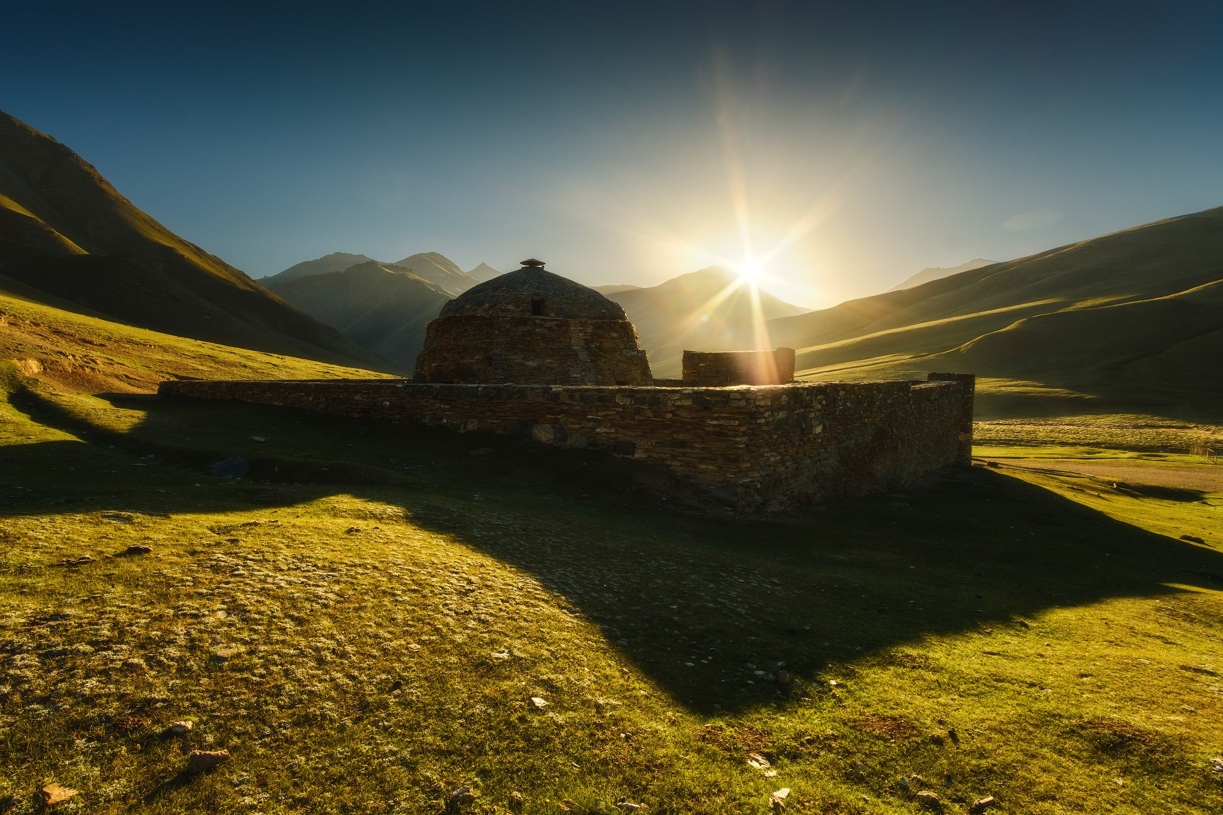 киргизия, кыргызстан, средняя азия, горы, ущелье, скалы, пейзаж, лето, солнце, каньон, утро, рассвет, караван-сарай, Оборотов Алексей