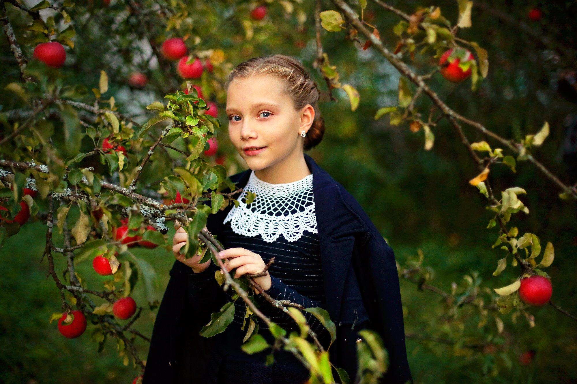 портрет, осень, красота, красивая, девочка, школьница, яблоня, сад, истории из детства, портрет, свет, жанр, Постонен Екатерина