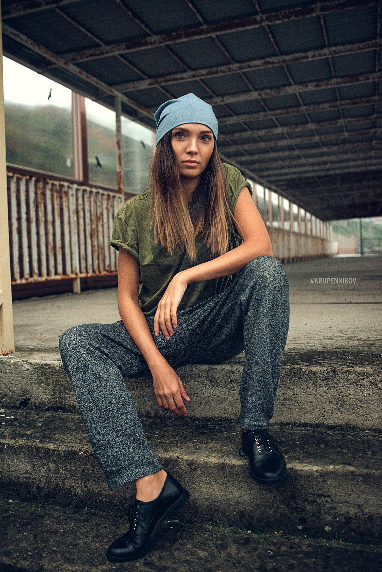 девушка, портрет, улица, пасмурно, шапка, ботинки, штаны, длинные волосы, Петр Крупенников