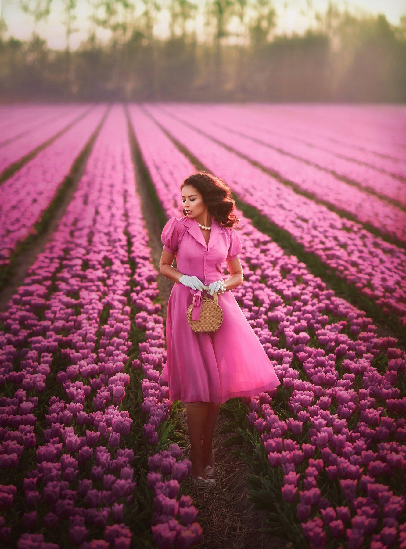 тюльпановые поля,девушка,леди ,розовые цветы,тюльпаны,красивая женщина,, Ilona