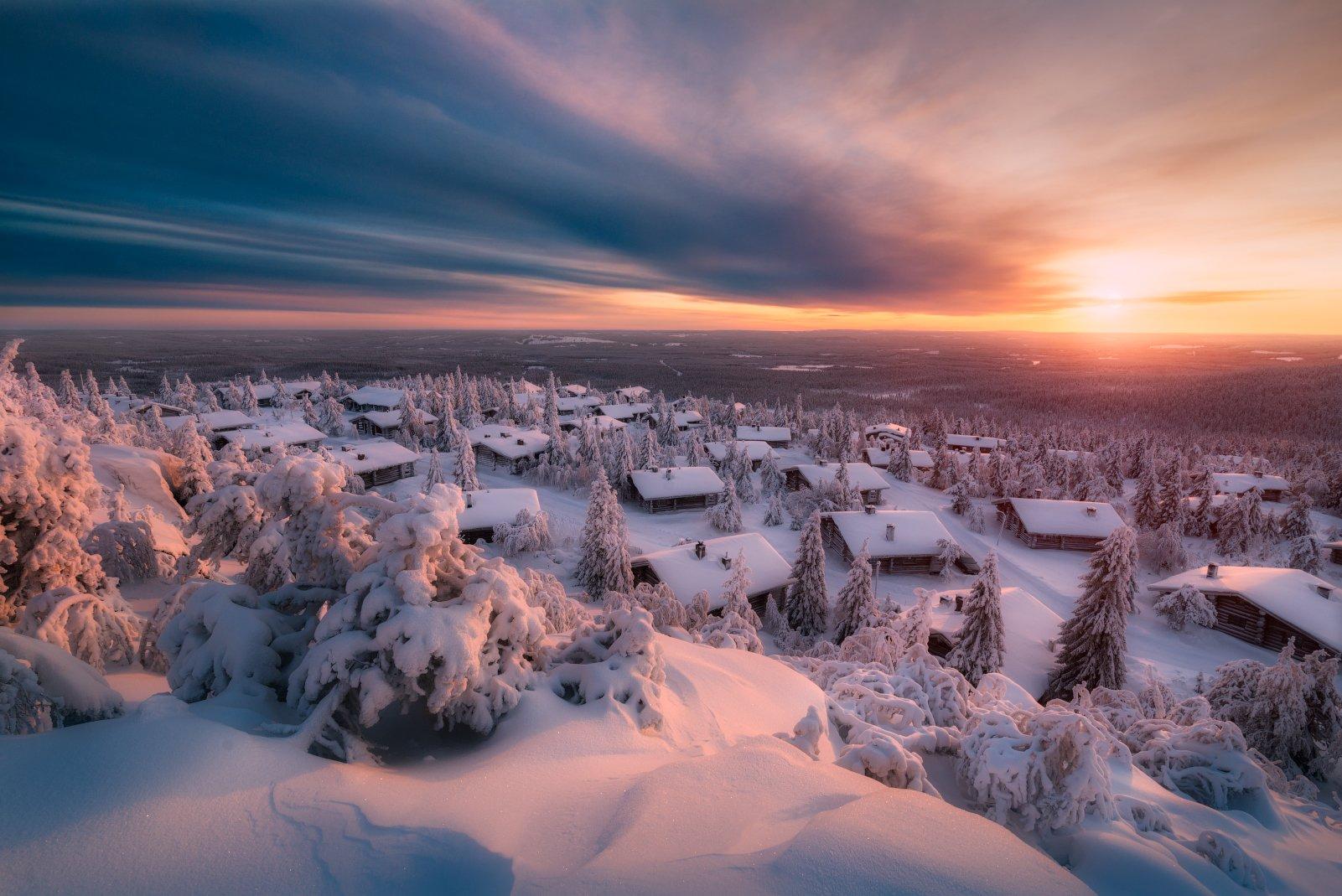 зима, снег, закат, лапландия, солнце, избушки, облака, Cтанислав Малых